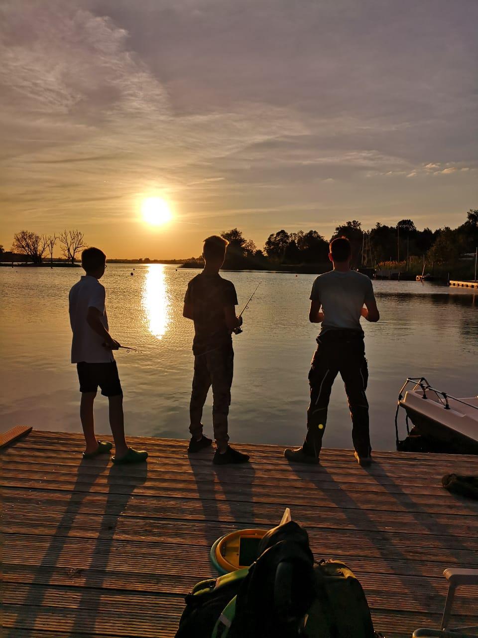Jungs beim Nachtangeln