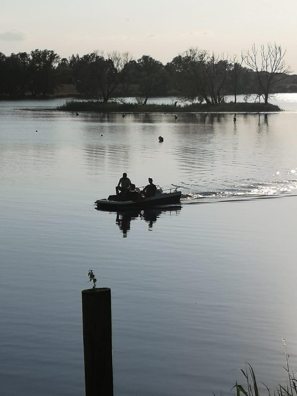 Jungs auf dem Wasser