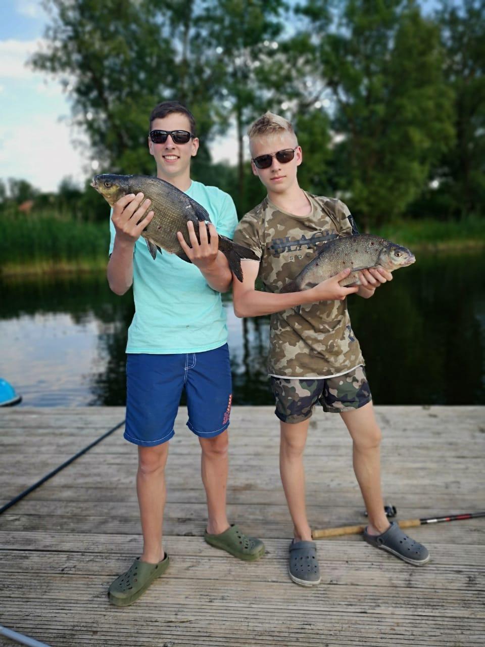 Jungs mit Fischen