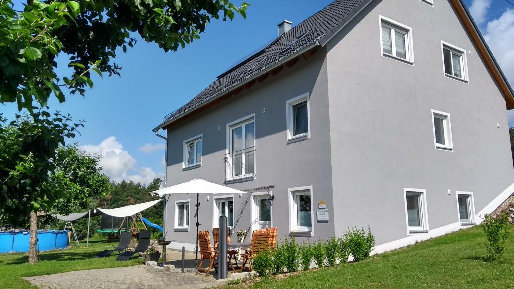 Terrasse und Garten der Ferienwohnung Pinzenhof